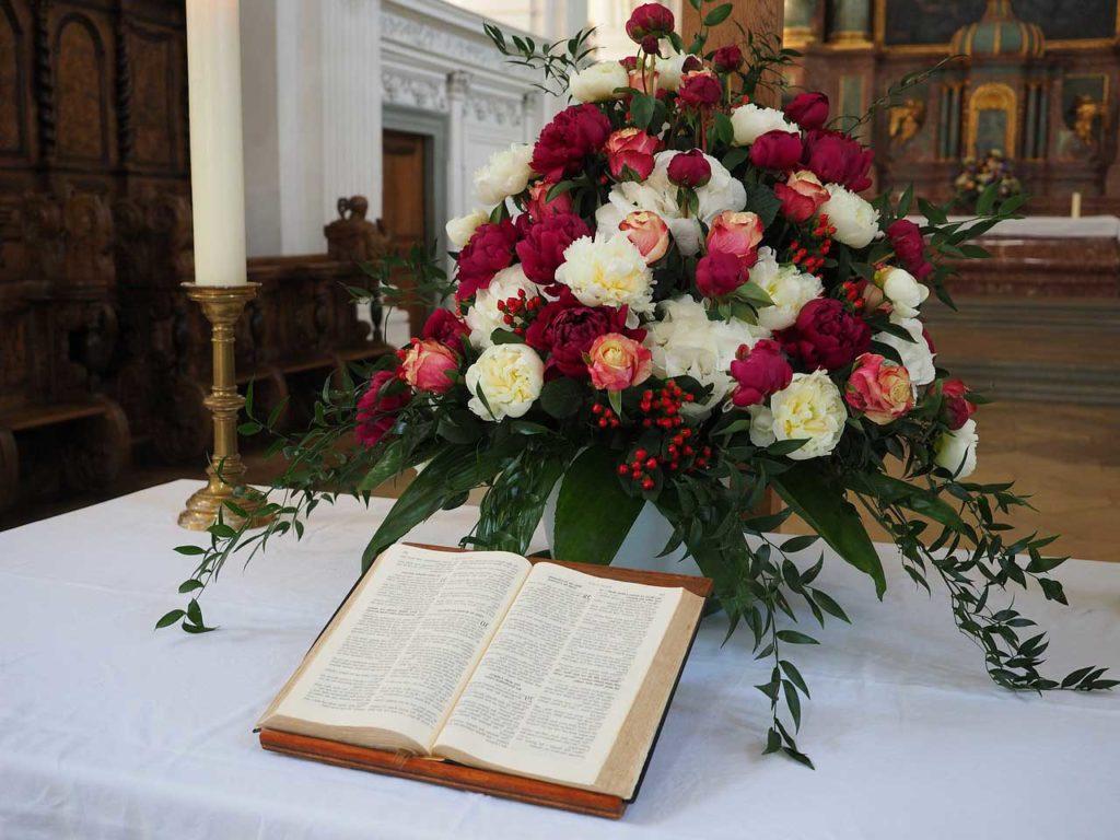 Ideas para decorar el altar de la iglesia en tu boda