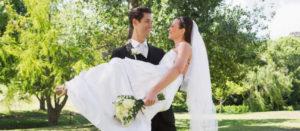 Supersticiones de Boda - Novio lleva en brazos a novia